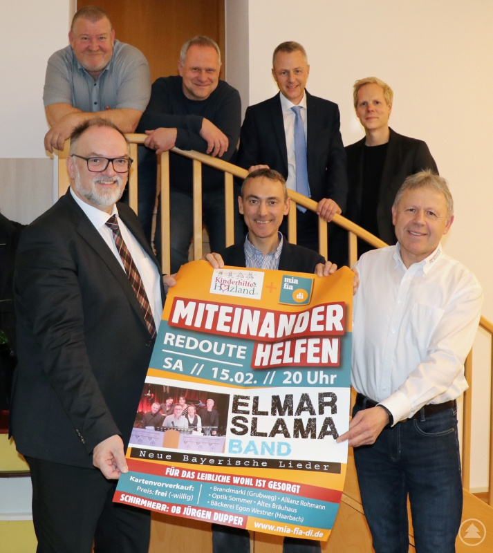 """""""Miteinander helfen"""" wollen Oberbürgermeister Jürgen Dupper (vorne, von links), Oliver Robl (""""mia fia di"""") und Peter Stuiber (Kinderhilfe Holzland) sowie Klaus Rother (hinten, von links), Otto Neiß (jeweils """"mia fia di"""") und die Bandvertreter Gernot Hein und Uli Schwarz."""
