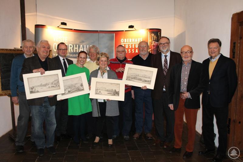 v.l.: Alois Pohmann (Ehrenvorsitzender), Ludwig Lindmeier (Erster Vorsitzender), Dr. Bernhard Forster (Kulturreferent), Dr. Stefanie Buchhold (Museumsleiterin), Jochen von Seidlitz (Beirat), Anneliese Hertel (Schatzmeisterin), Dietmar-Uwe Brehm (Schriftführer), Reinhart Sitter (Beirat), Oberbürgermeister Jürgen Dupper, Franz Habermann (Pressewart), Reinhold Mast (Zweiter Vorsitzender).