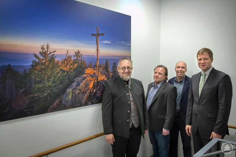 (v. l. n. r.): Fotograf Georg Knaus, Hermann Baier, stv. Leiter der Sozialverwaltung, Lorenz Heilmeier, Personalratsvorsitzender, und Bezirkstagspräsident Dr. Olaf Heinrich