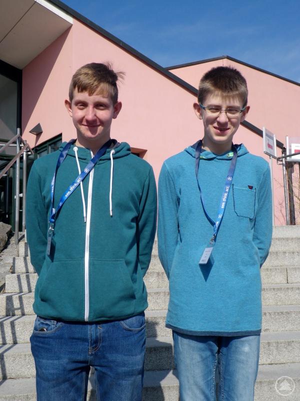 Die Nachwuchsforscher Johannes Schreiner (rechts) und Michael Krückl (links) vom Gymnasium Freyung vor dem Audimax der Universität Passau