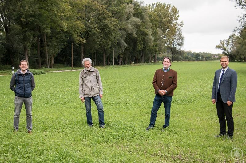 Auf dem Gelände des Agrarbildungszentrums Landshut-Schönbrunn hat der Weltacker Landshut nun seine Heimat gefunden. v. l.: Erster Vorsitzender Markus Roos und Klaus Karg von Weltacker Landshut e. V., Thomas Schneidawind, Leiter des Agrarbildungszentrums, und Bezirkstagspräsident Dr. Olaf Heinrich