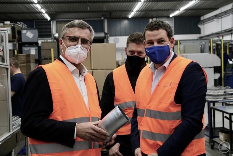 Geschäftsführer Johannes Ranzinger (rechts) zeigt MdL Alexander Muthmann einen Ablaufbogen für ein Regenrohr. Die jährliche Produktionsmenge liegt im Millionenbereich.
