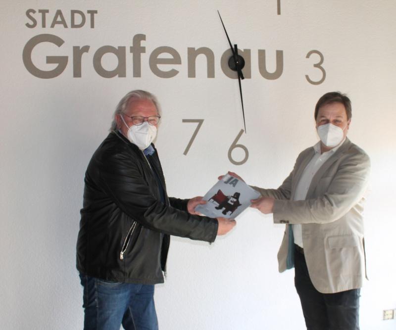 Herausgeber Manfred Sommer und Bürgermeister Alexander Mayer bei der Übergabe des ersten iJA-Exemplars.