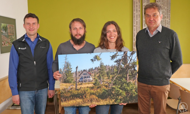Freuen sich über die Unterzeichnung des Pachtvertrages: Nationalpark-Leiter Dr. Franz Leibl (v.r.), Siegrid Kick, Roland Holzapfel und Sachgebietsleiter Hubert Wachter.