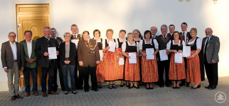 Die Geehrten mit Landrätin Rita Röhrl, Kreisportbeauftragten Hans Plötz, Kreisrat Edgar Stecher und Gauschützenmeister Lothar Denk.