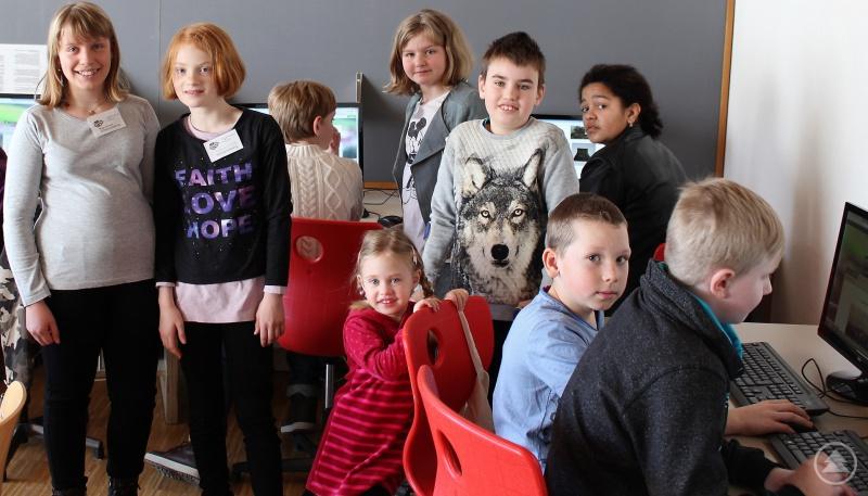 Schülerzeitungsredakteure und Besucher im Internet-Café