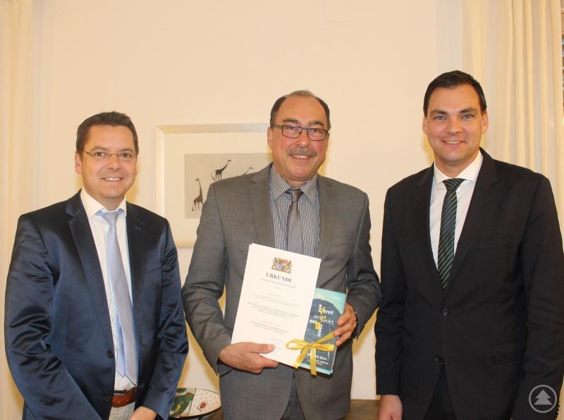 Herzlich gratulierten Landrat Sebastian Gruber (rechts) und Bürgermeister Heinz Pollak (links) Franz Brunner zu dessen Auszeichnung mit der Dankurkunde für besondere Verdienste um die kommunale Selbstverwaltung.