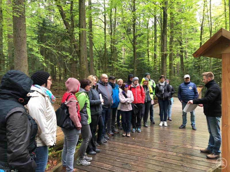 Thomas Michler (rechts) stellt den Touristikern die neuen Infotafeln im Tierfreiglände im Nationalparkzentrum Lusen vor.