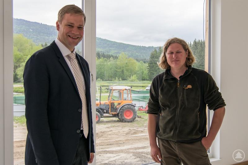 Betriebsleiter Florian Baierl führte Bezirkstagspräsident Dr. Olaf Heinrich (l.) durch das neue Schulungsgebäude, das bis Herbst fertiggestellt sein soll.