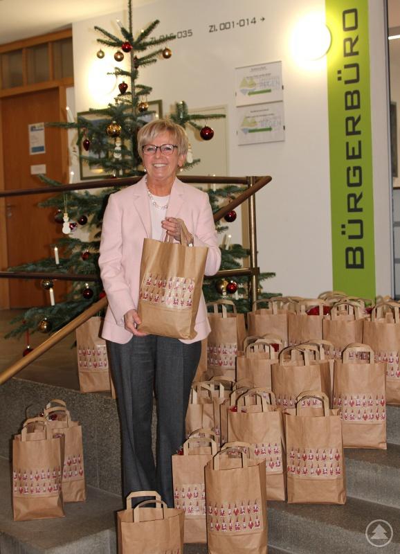 Landrätin Rita Röhrl mit einem Teil der Pakete.