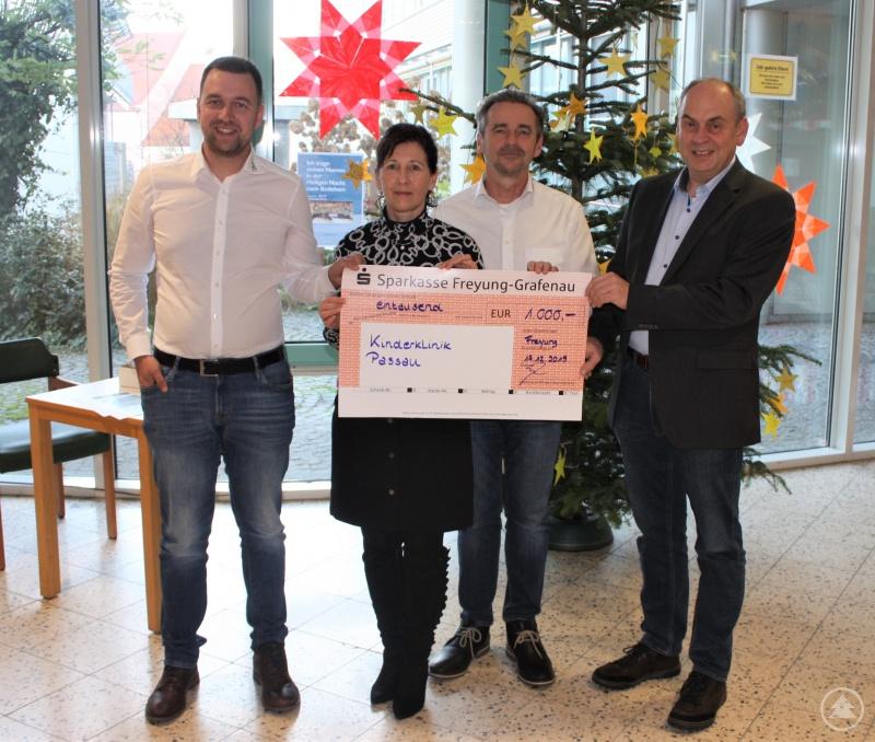 TOHA-Geschäftsführer Anton Donnerbauer mit Ehefrau Susanne Donnerbauer (Mitte) und Sohn Hannes Falk (l.) übergeben den Spendenscheck in Höhe von 1.000 Euro an Reinhard Schmidt, Geschäftsführer der Kinderklinik Dritter Orden Passau.