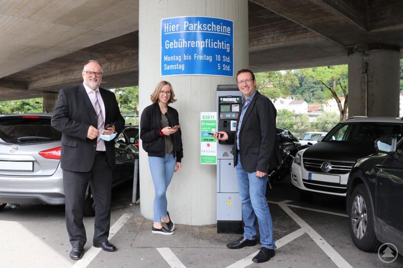 Oberbürgermeister Jürgen Dupper (links) und Ordnungsamtsleiter Erik Linseisen freuen sich mit Hannah über die Einführung des Smartphone-Parkens in der Dreiflüssestadt.