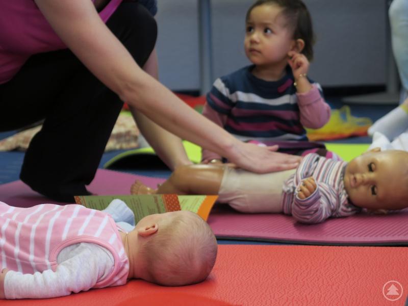 Bei der letzten Sprechstunde: Familienkinderkrankenschwester gibt Anleitung zur Babymassage.