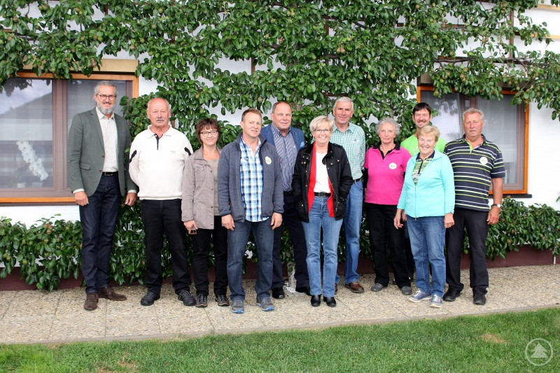 Gruppenbild in Zwiesel, mit  (v.li.):Gartenfachberater Klaus Eder, Hermann Ruder, Margit und Günther Käser, 3. Bgm. Alfred Zellner, Landrätin Rita Röhrl, Heinz Maier, Roswitha Ruder, Günther Weinberger und  Josef Käser mit Gattin
