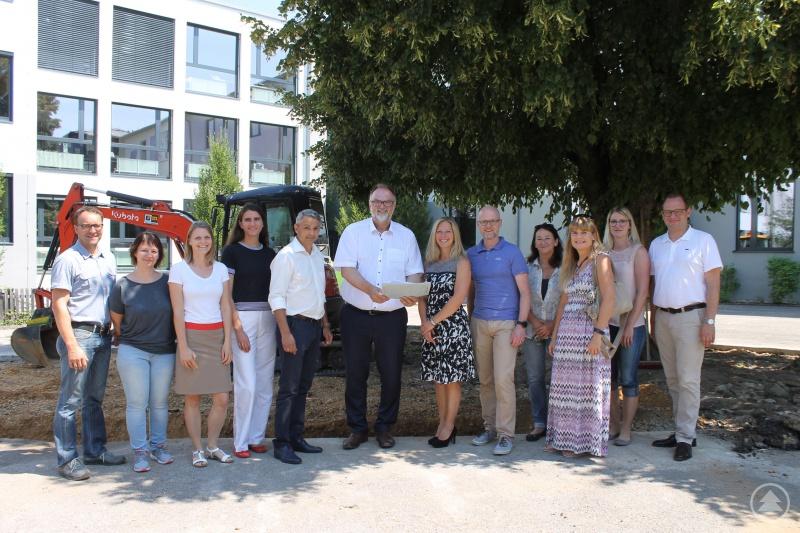 Oberbürgermeister Jürgen Dupper (6.v.l.) freut sich mit sich Stadträtin Karin Kasberger, ehrenamtliche Verwaltungsrätin der Schule (3.v.r.) sowie Vertretern der Schulfamilie und der Verwaltung über die Umsetzung der Maßnahme.