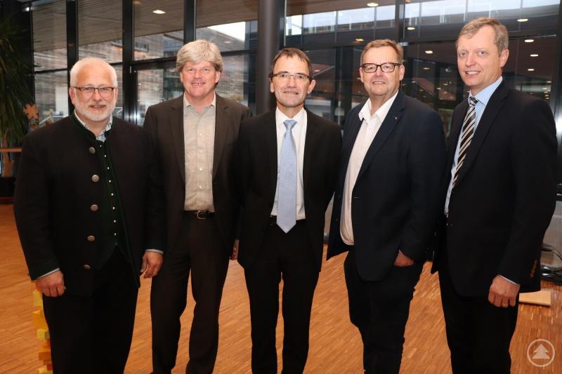 """Der neue """"Strategieausschuss"""" des Caritasrates v.li.: Manfred Brandl, Johannes Erbertseder, Caritasdirektor Michael Endres, Josef Bauer und Josef Wetzl; nicht im Bild Markus Biber."""