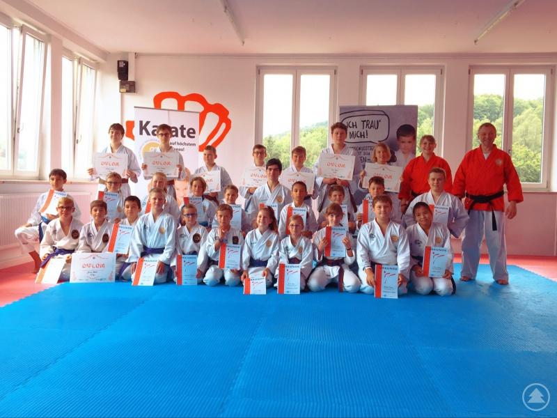 Die Kinder und Jugendlichen nach der Prüfung mit Ramona Gruber und Paul Gruber (jeweils in den roten Jacken)