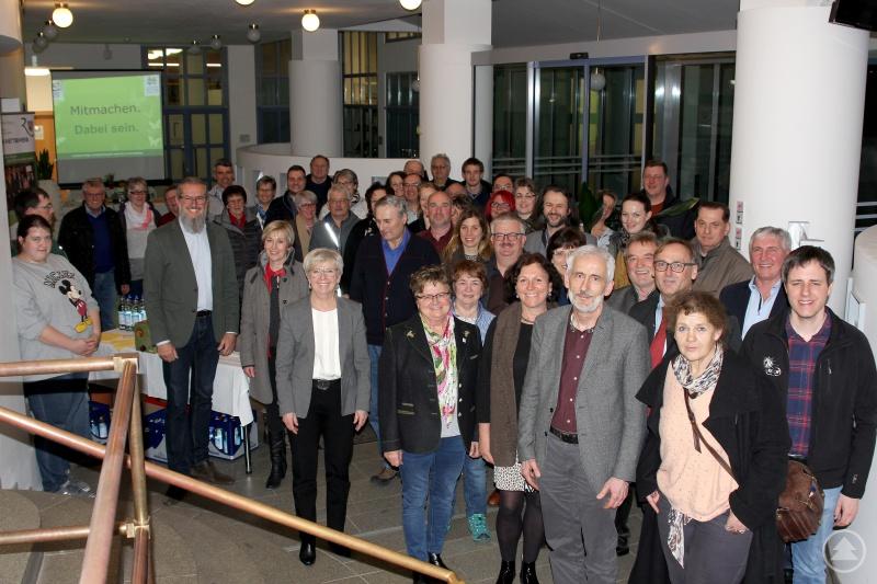 Die Teilnehmer an der Informationsveranstaltung mit der Landrätin Rita Röhrl und dem Gartenfachberater Klaus Eder.