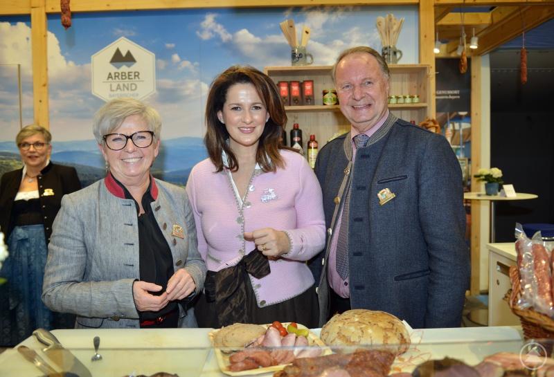 v.li.: Landrätin Rita Röhrl, Ministerin Michaela Kaniber und der stellvertretende Landrat Willi Killinger.
