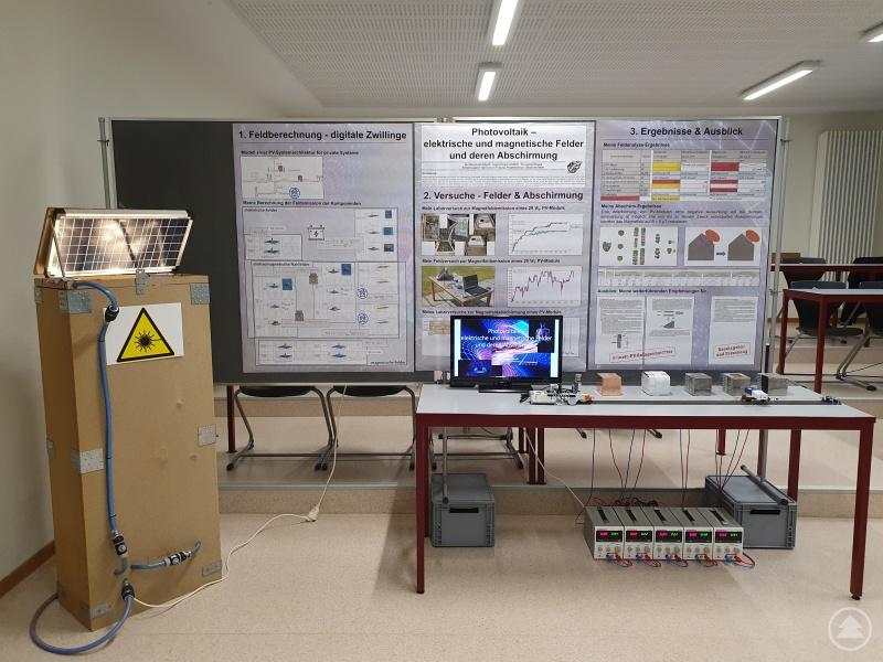 Maximilian Alberths Stand im Physikraum des Gymnasiums Freyung zur Präsentation seines Projekts bei der Online-Veranstaltung