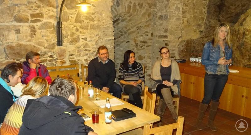 Die Gastgeberin des Abends, Laura Poost (2. v. l.), sowie Dolmetscherin Selma Sedova-Keck und Sachgebietsleiter Karl Matschiner hörten dem Vortrag von Iveta Hrdlicka (stehend) gespannt zu.
