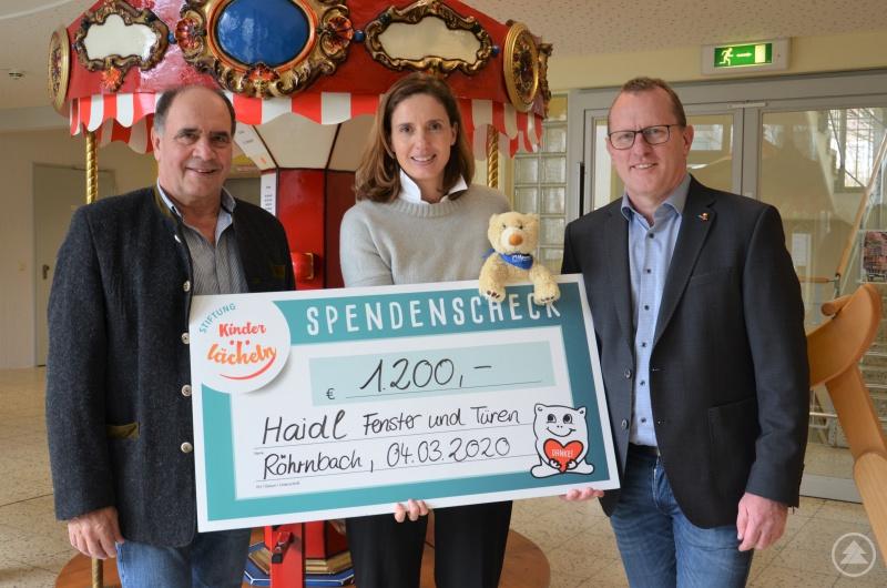 Haidl-Geschäftsführer Max Haidl (l.) und Betriebsleiter Josef Wilhelm (r.) übergeben den Spendenscheck in Höhe von 1.200 Euro an die Stiftungsrastvorsitzende Dr. Maria Diekmann.
