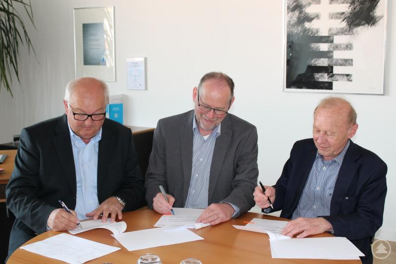 v.l. Josef Schönhammer (1. Vorsitzender Akademie Ostbayern – Böhmen), Prof. Dr. Peter Sperber (THD-Präsident) und Dr. Peter Deml (2. Vorsitzender Akademie Ostbayern – Böhmen) unterzeichnen den Kooperationsvertrag zur gemeinsamen Förderung der regionalen Entwicklung im ostbayerischen Grenzgebiet.
