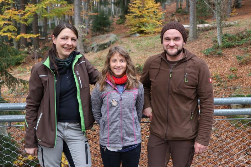 Eines der zahlreichen Erinnerungsfotos vom Sternstundentag: Nationalpark-Tierärztin Susanne Klett, Aylin und Tierpfleger Christoph Wagner.