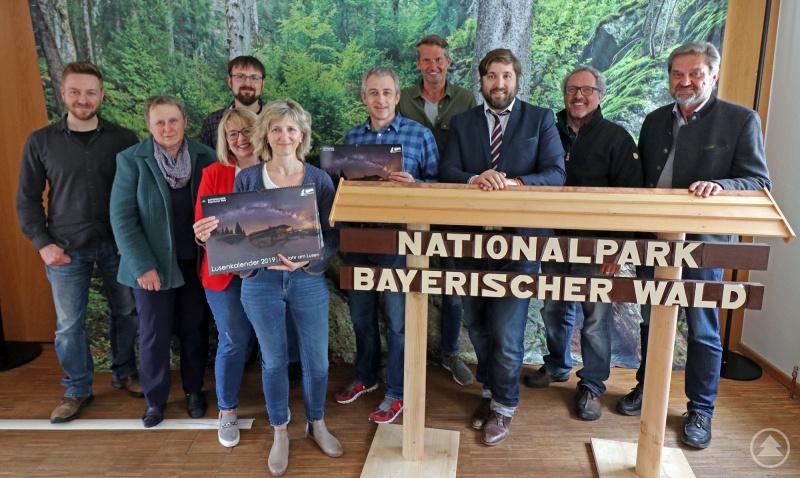 Über die Spende von Heinz Duschl (2.v.r.) freuten sich Nationalparkleiter Franz Leibl (r.), Nationalpark-Projektbetreuer Thomas Michler (links) und die Vertreter der Nationalpark-Schulen.