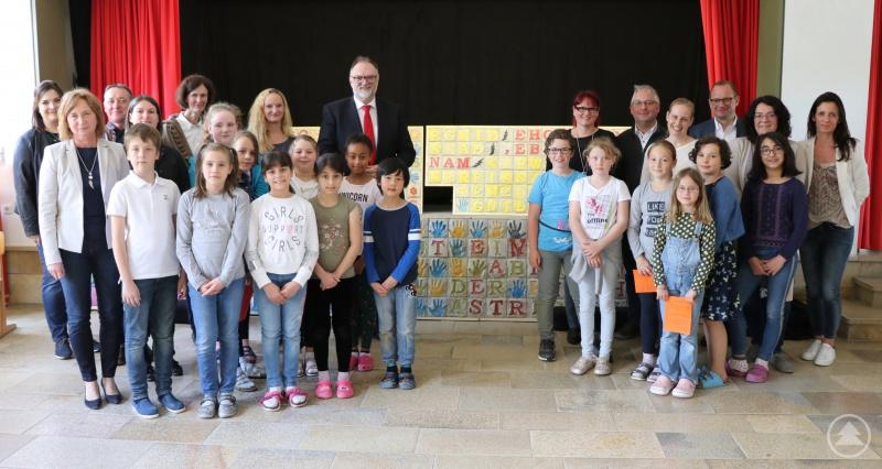 Oberbürgermeister Jürgen Dupper (hinten, Mitte) freut sich mit der gesamten Schulfamilie und dem Team des Oberhausmuseums über die gelungenen Fresken, die beim Partnerschulprojekt entstanden sind.