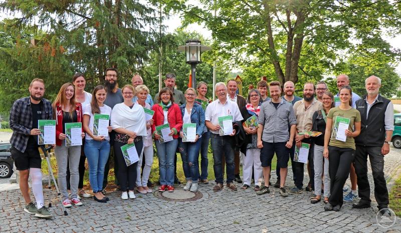 Die neuen Waldführer samt ihrer eben von Lukas Laux (rechts) und Thomas Michler (8.v.r.) überreichten Zertifikate.