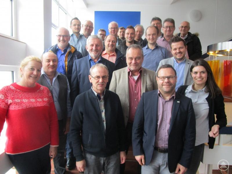 Die Teilnehmer der Klausurtagung zusammen mit Nina Kiehlbrei (re) vom Amt für Ländliche Entwicklung und  ILE-Projektmanagerin Gabriele Bergmann(li).