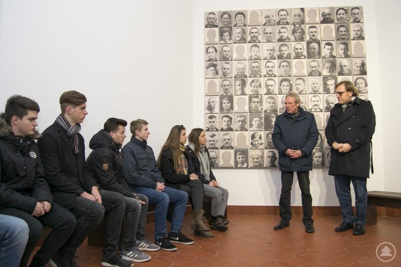 Vor der Bilderwand im ehemaligen Leichenhaus erklärten Klinikdirektor Gerhard Schneider (2.v.r.) und Bezirkstagsvizepräsident Dr. Thomas Pröckl (r.) den Schülern die Entstehungsgeschichte der Gedenkstätte.