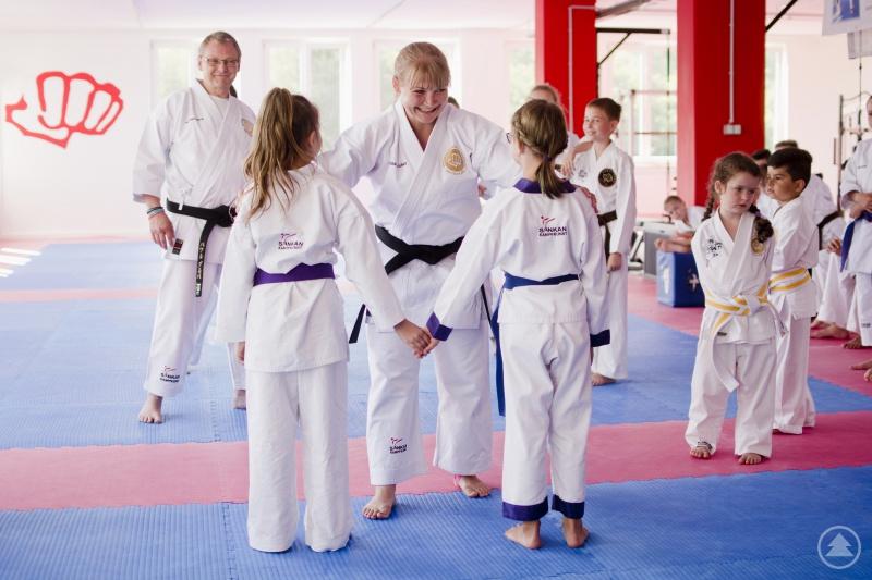 Erläutern von Sicherheitstipps in der Schülergruppe des Karate Clubs