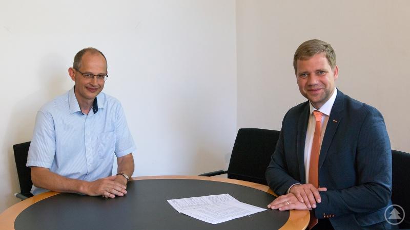 Bezirkstagspräsident Dr. Olaf Heinrich (rechts) und Michael Lobinger, Leiter der Fachschule für ökologischen Landbau.