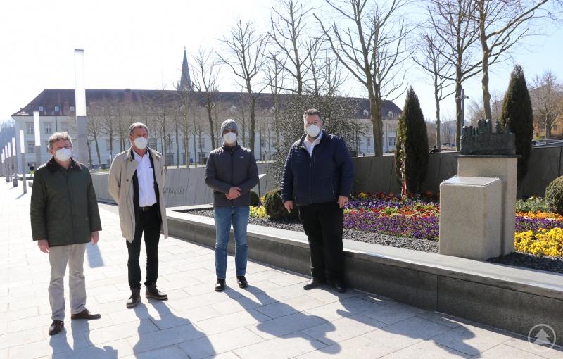 Bürgermeister Andreas Rother (von rechts) freut sich gemeinsam mit Bauhofleiter Markus Weiherer-Steimer, dem Leiter der Stadtgärtnerei Hermann Scheuer und Kulturamtsleiter Horst Matschiner über den neuen Standort für die Bronzeskulptur.