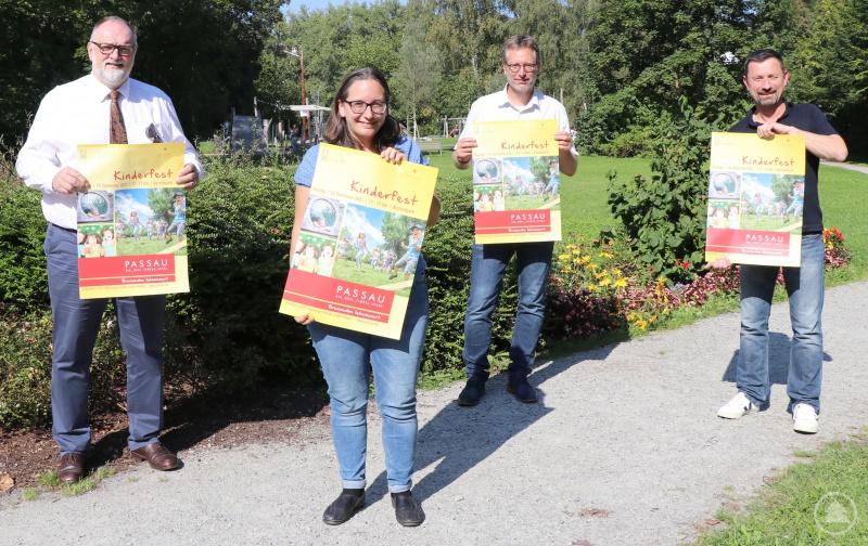 Oberbürgermeister Jürgen Dupper (von links), Karin Meyer (Geschäftsführerin des Stadtjugendrings Passau), Dr. Dr. Ansgar Grochtmann (Referent für Meldewesen, Personenstandswesen, Rechtsamt, Familie und Soziales) und Stadtjugendpfleger Edmund Kriegl freuen sich, dass die schöne Tradition des Kinderfestes im Bschüttpark heuer wieder fortgesetzt werden kann.