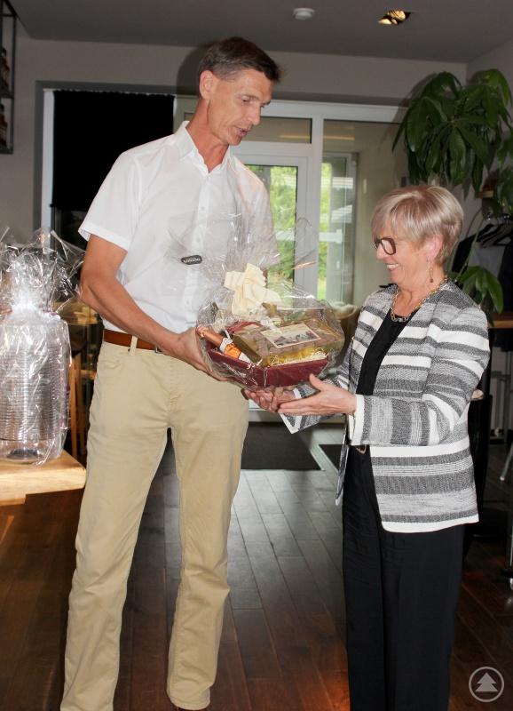 Geschenkeaustausch: Landrätin Rita Röhrl überreichte an Landrat Olaf Levonen ein Glasgeschenk aus der Glasfachschule Zwiesel und ein Bayerwaldschmankerl, Levonen revanchierte sich mit Leckereien aus dem Landkreis Hildesheim.