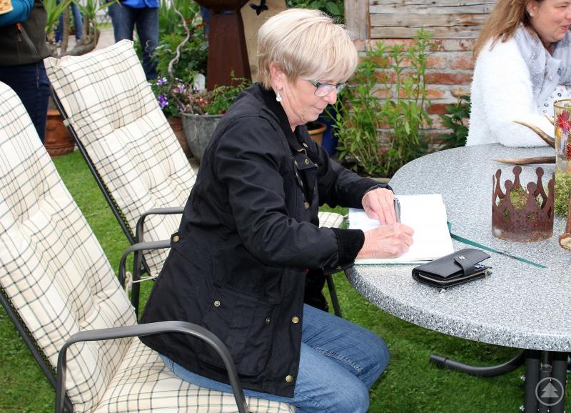 Bei der Auftaktveranstaltung in Prackenbach verteilte die Landrätin Gästebücher, am Sonntag durfte sie sich selbst in die Bücher eintragen.