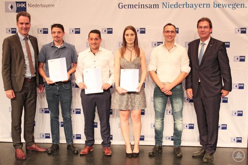 Den Weiterbildungsabsolventen aus dem Landkreis Freyung-Grafenau gratulierten IHK-Hauptgeschäftsführer Alexander Schreiner (links) und Stellvertretender IHK-Präsident Hans Graf.