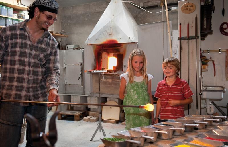 Florian Köck erstellt eine Glaskugel mit Kinder