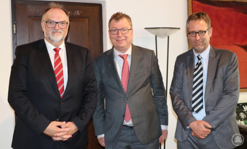 Oberbürgermeister Jürgen Dupper (links) und der Referent für Melde-, Personenstands- und Rechtswesen sowie Soziales und Familie, Dr. Dr. Ansgar Grochtmann (rechts), freuen sich auf die Zusammenarbeit mit dem neuen Präsidenten des Verwaltungsgerichts Regensburg, Dr. Martin Hermann.