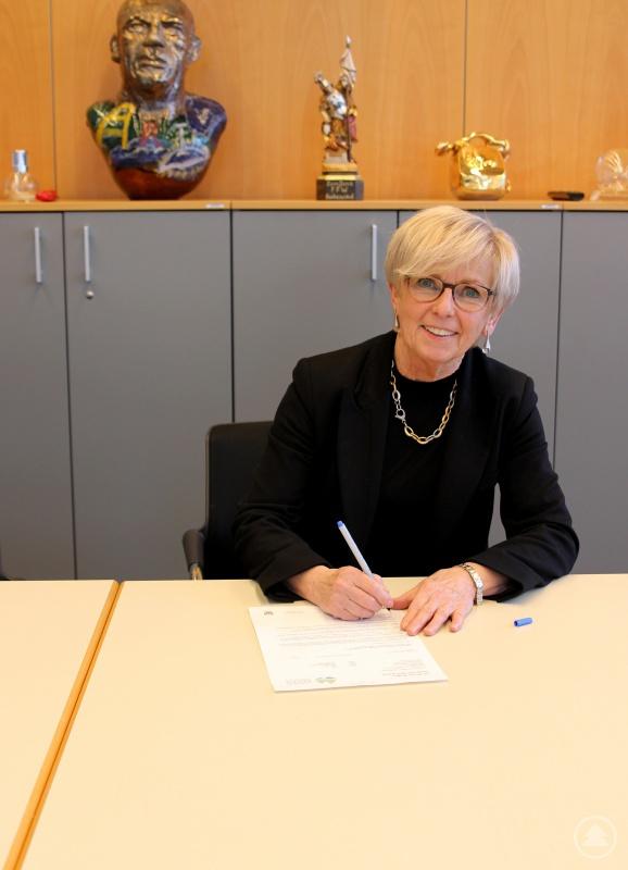 Landrätin Rita Röhrl bei der Unterschrift des Briefes an die Regierung.