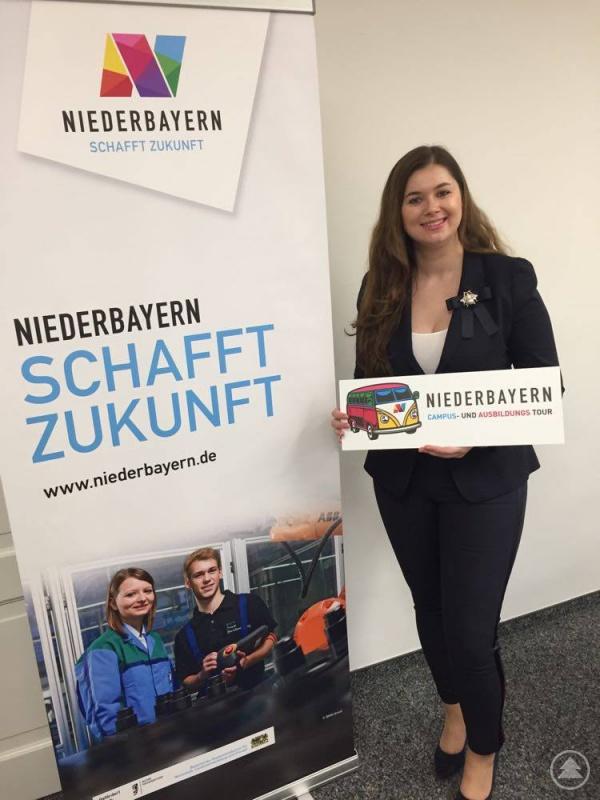 Christina Tanosova, Geschäftsführerin des Niederbayern-Forums präsentiert das Maskottchen des Projekts, den Niederbayern-Bulli, der virtuell durch den Regierungsbezirk und in die näher liegenden Ballungsgebiete fährt, um junge Leute und angehende Schulabsolventen für eine Ausbildung oder ein Studium in Niederbayern zu begeistern.