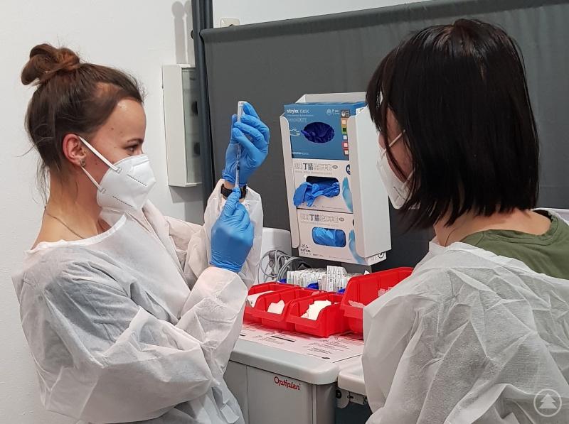 Die Assistentinnen des Impfzentrums bereiten die Injektionen vor