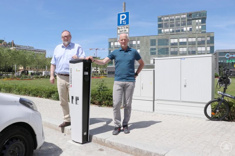 v. l.: Oberbürgermeister Jürgen Dupper und Baureferent Wolfgang Seiderer an der neuen E-Ladestation am Klostergarten