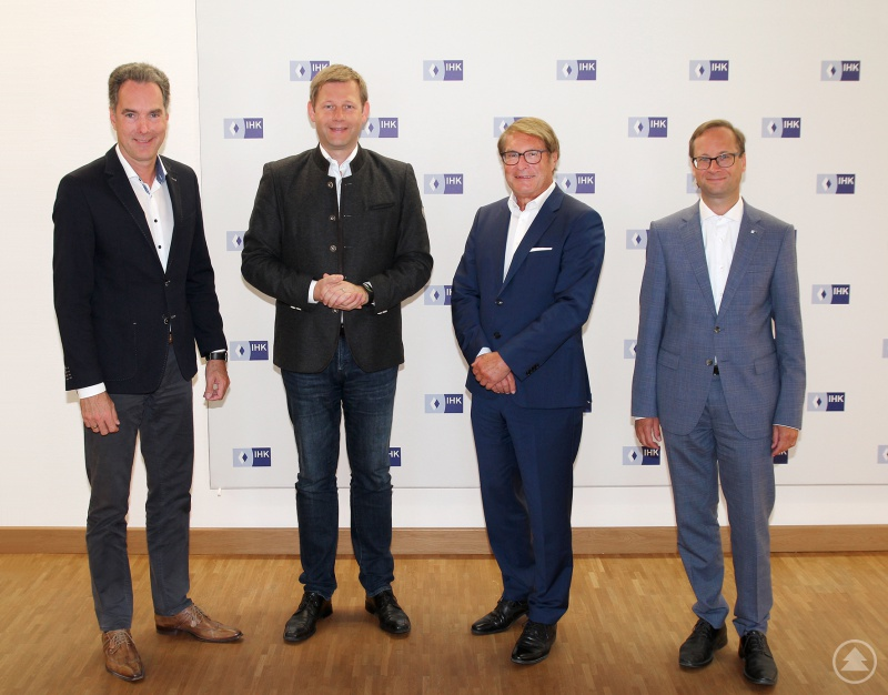 Über die Situation der niederbayerischen Wirtschaft unterhielten sich (von links) IHK-Hauptgeschäftsführer Alexander Schreiner, MdB Thomas Erndl, IHK-Vizepräsident Toni Fink und der stellvertretende IHK-Hauptgeschäftsführer Thomas Graupe.