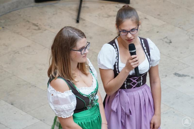 Die Schülersprecherinnen Laura Kaatz (re) und Valentina Preßler