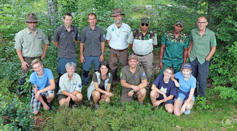 Viele Eindrücke sammelten die Jamaikaner Wellington Taylor (hinten, 3.v.r.) und Gary Campbell (hinten, 2.v.r.) beim Austausch mit Rangern aus den Nationalparks Bayerischer Wald und Šumava sowie mit Junior Ranger und Frank Grütz (hinten 4.v.r.), Präsident der European Ranger Federation.