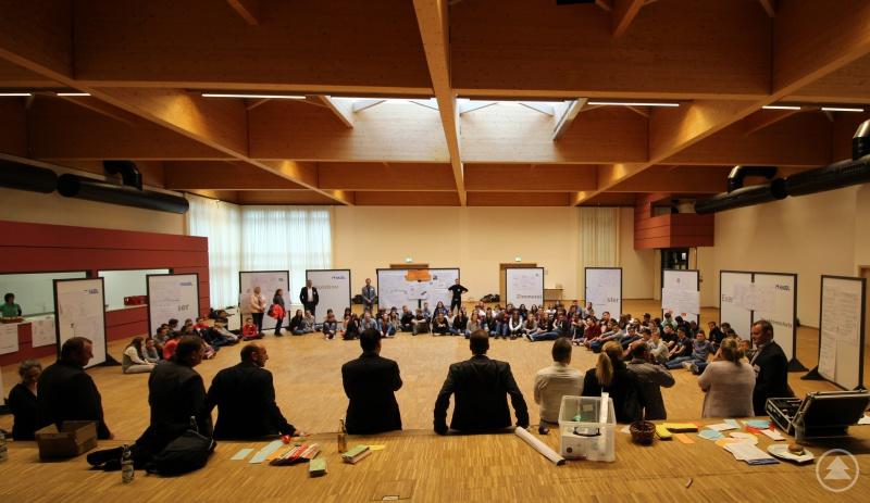 Im Halbkreis präsentierten die rund 120 Jugendlichen die von ihnen erarbeiteten Präsentationen und warteten gespannt auf die Reaktionen der Politiker.